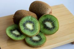 En el soporte son las frutas jugosas del kiwi fotografía de archivo