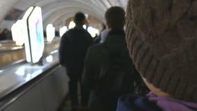 En el subterráneo en la escalera móvil la gente tiene prisa Ucrania, Kiev almacen de metraje de vídeo