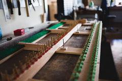 En el taller del piano Foto de archivo libre de regalías