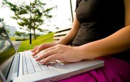 En el teclado en la playa Foto de archivo