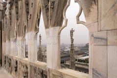 En el tejado de Milan Cathedral en Italia imagenes de archivo