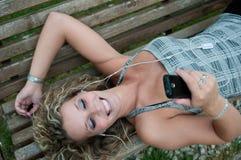 En el teléfono - mujer al aire libre Imagenes de archivo