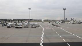 En el territorio del aeropuerto Frankfurt-am-Main, Alemania almacen de video
