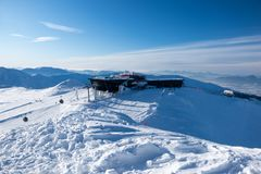 En el top, Chopok - la montaña tercero más alta de Tatras bajo, Jasna, imagen de archivo