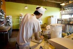 En el trabajo en la panadería Imágenes de archivo libres de regalías