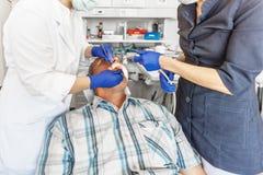 En el tratamiento en el stomatologist foto de archivo