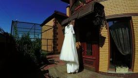En el vestido de boda de la naturaleza metrajes