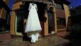 En el vestido de boda de la naturaleza almacen de metraje de vídeo