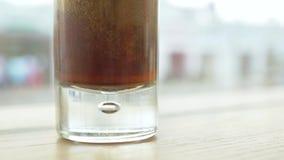 En el vidrio vierta la soda en el café Primer almacen de video