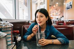 En elegant dam som sitter i matställen royaltyfria foton
