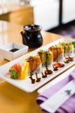 En elegant presentation av sushi Fotografering för Bildbyråer