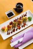 En elegant presentation av sushi Arkivbilder