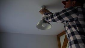En elektriker installerar kontakten prövkopior för målarfärgrulle arkivfilmer