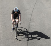 En emballant le cycliste au cycle célèbre emballez le repaire Henninger Turm de Rund um Photo libre de droits