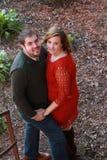 En embrassant des couples se tenant en bas des escaliers recherchez Images stock