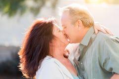 En embrassant les couples âgés par milieu appréciez un romantique ralentissent la danse et le baiser dehors images libres de droits