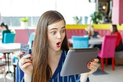En emotionell kvinnashopping i ett online-lager stora rabatter T Arkivbild