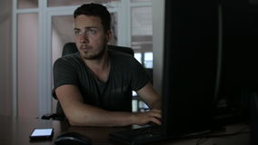 En en hacker hackar en dator och ser omkring arkivfilmer