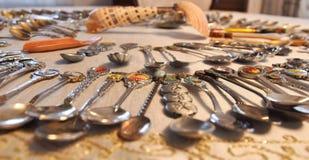 En enero de 2019, Ankara, Turquía - una vista de docenas de cucharas específicas del souvenior del país recogidas como afición se imagen de archivo