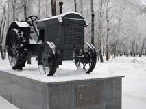 En enero de 2017, Kharkov, Ucrania Monumento al primer tractor soviético de la muestra en 1931 Imagen de archivo