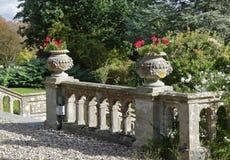 En engelsk formell landskap trädgård Arkivfoto