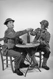 En engelsk soldat och en amerikansk soldat dricker ett exponeringsglas av vin Royaltyfri Fotografi