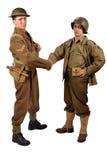 En engelsk soldat och en amerikansk soldat skakar händer Fotografering för Bildbyråer