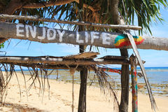 """En """"Enjoy life"""" för inskrift på den träövergav kojan royaltyfri fotografi"""