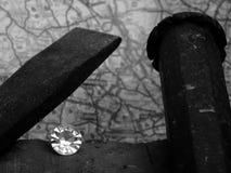 En enkel diamant på en hustegelsten arkivbild