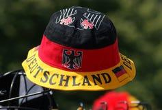 En enkel hatt som firar tysk stolthet, sitter ut i solen på en festival i Berlin, Tyskland Arkivfoton