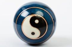 En enkel kinesisk meditationboll med en Yin Yang royaltyfri fotografi