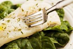 En enkel platta av organiska spenat för lunch med örtdisk - makroskott royaltyfria foton