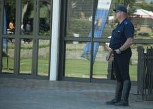 En enkel polis som bara står, bärande ridningkängor Royaltyfria Foton