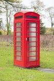 En enkel röd lön för visartavla för telefonask traditionell gammal övre med mynt som ska kallas Arkivfoto