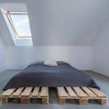 En enkel säng arkivfoto
