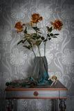 En enkel sammansättning av blommor och askar royaltyfria foton
