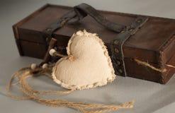 En enkel textilhjärta och en trälantlig ask arkivfoton