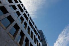 En enorm byggnad i centret av staden Royaltyfri Fotografi