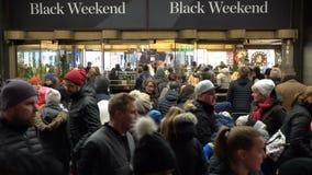 En enorm folkmassa av köpare framme av gallerian under sammanlagda julförsäljningar arkivfilmer