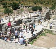 En enorm folkmassa av turister på fördärvar av Efes Arkivfoto