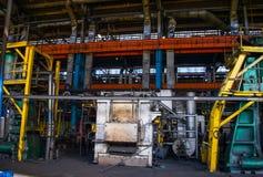 En enorm industriell brännugn för brinnande järn- och metallprodukter royaltyfri foto