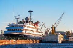 En enorm kryssningeyeliner på pir i St Petersburg Royaltyfri Bild