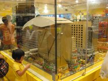En enorm legomodell i en leksak shoppar i den Langham shoppinggallerian, Mong Kok, Hong Kong fotografering för bildbyråer