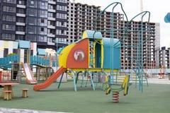 En enorm ny lekplats framme av den nya lägenheten Arkivbild