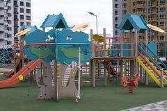 En enorm ny lekplats framme av den nya lägenheten Arkivfoto
