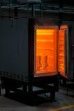 En enorm panna för att värma stål Farliga teknologier och ockupationer En stekhet ugn på en industriell bakgrund royaltyfri fotografi