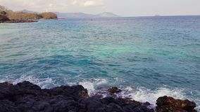 En enorm våg slår vaggar Att slå för vågor vaggar på en tropisk strand som bildar en färgstänkform Kraftiga vågor på ett stenigt arkivfilmer