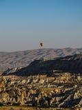 En ensam ballong för varm luft i Cappadocia Arkivbild