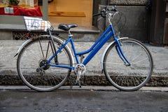 En ensam cykel längs gatorna av Florence royaltyfria bilder