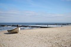 En ensam fiskebåt på stranden av Zempin Royaltyfria Foton